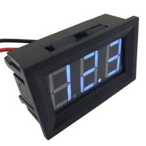 Modrý voltmeter meranie napetia