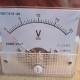 analógový voltmeter