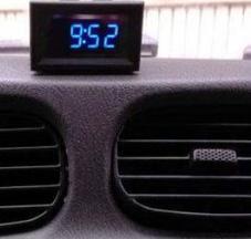 led modre hodiny v aute